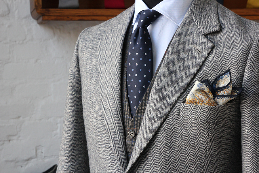 334158b5e319 However, you should never match two accessories made of the same fabric (tie  with pocket square, bow tie with pocket square).